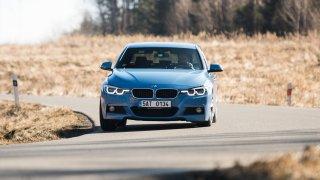 BMW 330i pohání navzdory názvu dvoulitr.