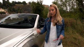 Volkswagen T-Roc Cabrio řidiči skalp nevezme. Podívejte se, proč je bezpečný i při převrácení