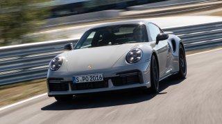 Testovali jsme na okruhu nová Porsche: Cayman GT4 a 911 Turbo S. Řidiče umí přiškrtit jako krajta