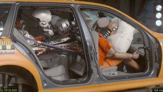 Převážíte nezajištěné lyže uvnitř auta? Pak se na tento crash-test raději nedívejte