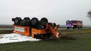 I mistr tesař se utne. Řidič převrátil sypač a skončil s ním mimo silnici. Byla namrzlá