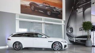Stovky klasických Jaguarů a Land Roverů v obřím ce