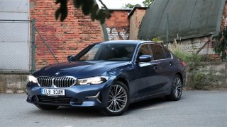 Test: BMW 320e ujíždí na elektrickém dopingu, bez něho je líné. Při jízdě nadchne komfortem i drifty