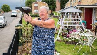Důchodkyně straší řidiče fénem. Má dobrý důvod