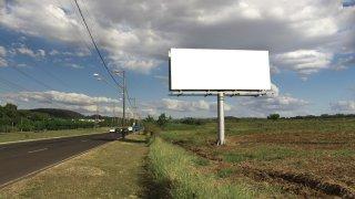 Do týdne mají zcela zmizet billboardy od silnic