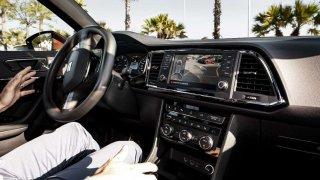 Asistenční systémy pomáhají při řízení vozidla
