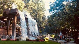 Park v Jagodině s umělým vodopádem