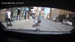 Mladému řidiči se splašil skútr pod zadkem. Naboural do auta městské policie