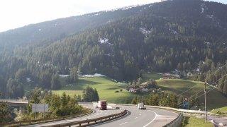V Rakousku je sjíždění z dálnic kvůli kolonám pokutováno, v Česku naopak Policií podporováno
