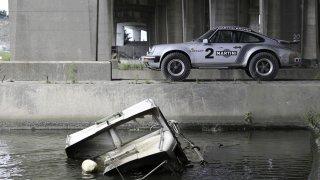 Zapomeňte na Cayenne. Terénní Porsche 911 je legenda