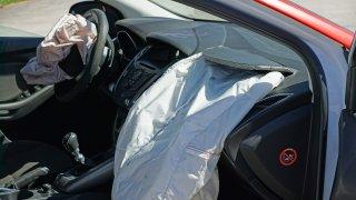 Nafukovací polštáře zachránily desetitisíce životů. Víte, že se airbagy objevily už ve Škodě 120 L?