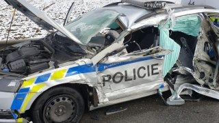 Řidiči náklaďáků v Česku demolovali policejní auta. Jedno skončilo úplně na šrot, druhé propíchnuté