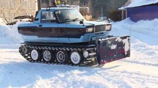 VIDEO: Zimní královna. Pásová Lada je dokonalý pluh