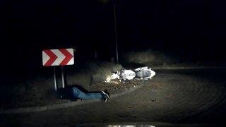 Motorkář zůstal po nehodě ležet v bezvědomí na kruháči. Náhodou si ho všimli policisté