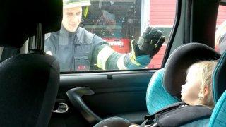 Pokud najdete dítě zavřené v autě na slunci, nejprve volejte policii. Rozbití okna je problémové