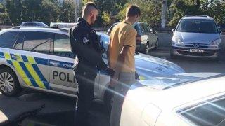 Zfetovaného řidiče audi zadrželi policisté třikrát za sebou během dvou dnů. Pořád je ale na svobodě