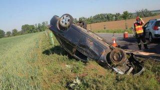 Další zbytečná nehoda kvůli špatnému předjíždění. Auta jsou na odpis a řidiči v nemocnici