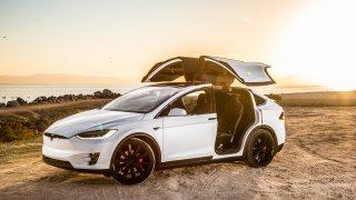 Alza začala prodávat elektromobily Tesla 3