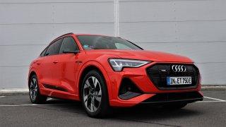 Audi e-tron Sportback parádně vypadá a jezdí. Nesvědčí mu jen déšť a zpomalovací prahy