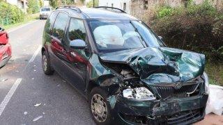 Jen třetina řidičů si po nehodě oblékne reflexní vestu. A skoro polovina neví, kam s trojúhelníkem