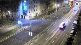 Video: Bizarní příběh o BMW uvíznutém v Praze v parku na schodech má ještě bizarnější pokračování
