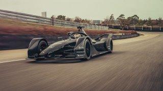 Formule E od Porsche má za sebou první jízdu