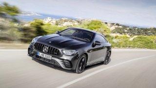 Omlazený Mercedes-Benz třídy E se předvedl jako bestiální kupé AMG 53 a kabriolet