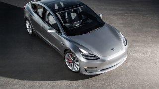 Nejlevnější Tesla 3 bude v Česku už za 750 tisíc! Koupíte jí na Alze