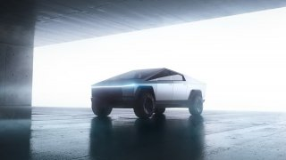 Tesla ukázala pick-up Cybertruck. Měl by být neprůstřelný, ale při prezentaci sklo útok nevydrželo