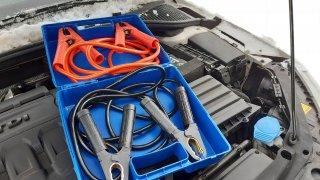 Zapojit startovací kabely je jednoduché. Přesto řada řidičů dělá zásadní chybu