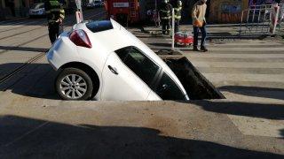 Noční můra v praxi. Řidička v Praze zapadla do obrovské jámy v silnici