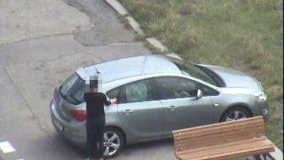 Video: Řidička si v autě zabouchla klíče i s malým dítětem