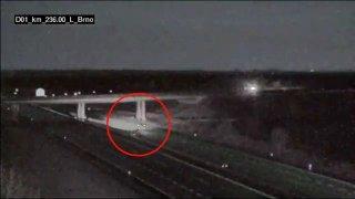 Řidič zapomněl na sjezd z D1 a zkusil na něj zacouvat. Další auto kvůli němu bouralo. Viník ujel