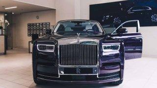 První Rolls-Royce Phantom už je na prodej. Fialový s bílou kůží