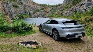 Dojeli jsme s Porsche Taycan Cross Turismo do nejkrásnějšího lomu v Česku. Byl to hukot. Doslova