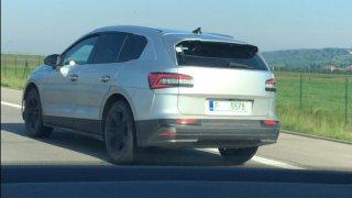 Nová Škoda Enyaq iV už se proháněla po dálnici D11. Nachytali jsme ji
