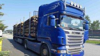 kamion se dřevem