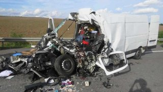 Polský řidič přehlédl kolonu na D1 a ze své dodávky udělal šrot. Na místě zemřel