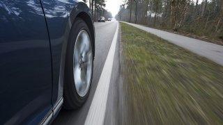 Asistenty pro hlídání jízdního pruhu jsou rozdílných kvalit. Dobrý má Škoda, v Suzuki není nic moc