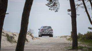 Maskovaná Škoda Karoq trénovala i na písčité pláži