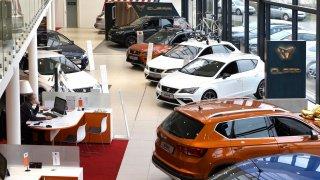 Autoškoly a prodejci aut musí kvůli koronaviru zavřít. Servisy zůstaly otevřené