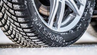 Letní pneumatiky v zimě nejsou vždy přestupkem. Bouračka s nimi na sněhu či ledu se ale prodraží