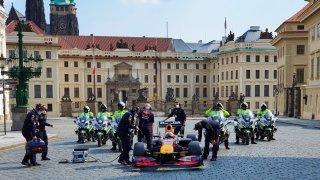 Víme, kolik dostala Praha za natáčení formule 1. Za Karlův most hodně, za zbytek drobné