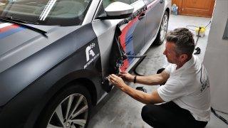 Jak se dělá automobilový striptýz: Při odstraňování polepů z vozu je nejdůležitější přijet včas