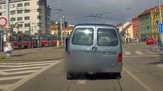 S prázdnými pneumatikami, bez řidičáku a úplně na mol projížděl cizinec Brnem. Ohrozil několik lidí