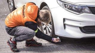 Poškozenou pneumatiku musí vždy nahradit dvě. Jinak to dopadne špatně, ukázal test