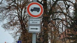 Zákaz vjezdu nákladních automobilů B4
