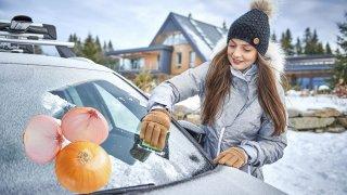 Námrazu na skle auta nepolévejte vodou a neškrábejte kreditkami. Pomůže cibule nebo pěna na holení