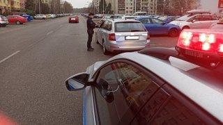 Policista může chtít pokutu za rychlost, a nemusí dokazovat, že má v autě radar. Obrana ale existuje