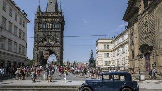 Historické Peugeoty se vypravily do Prahy